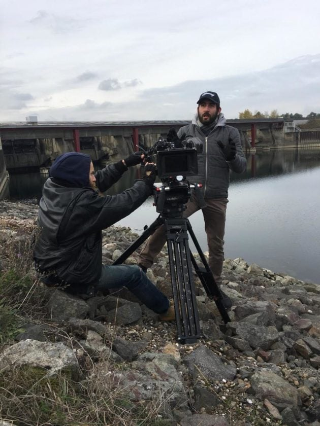 Avec peu de moyens et une équipe de six personnes, Étienne Constantinesco (ici avec la casquette) a tout filmé lui-même, armé d'un trépied et d'une caméra épaule. (Photo : doc remis)