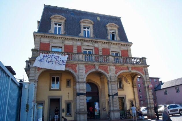 Squat autogéré ou centre d'hébergement sous convention avec la Ville de Strasbourg ? Les bénévoles et habitants de l'hôtel de la rue Gruber décident lundi soir. (Photo Emeline Burckel / Rue89 Strasbourg / cc)