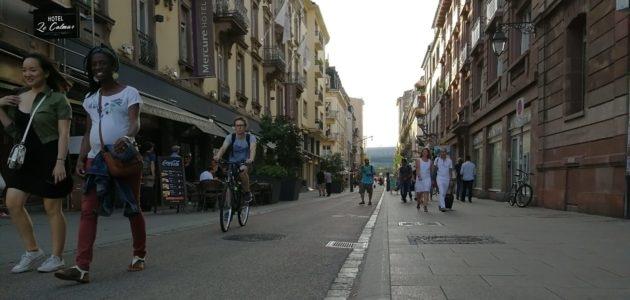 Dans le Strasbourg piétonnisé, passants, terrasses et cyclistes se marchent sur les pieds