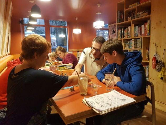 Au Philibar, plus de 400 jeux sont proposés en accès libre aux clients du bar. (Photo FL / Rue89 Strasbourg / cc)