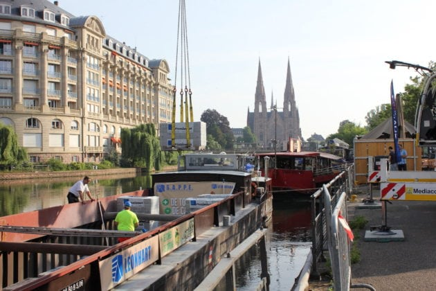 En mai 2018, le chantier des Quais Sud avait donné l'occasion de tester l'utilisation du fluvial dans la desserte du centre-ville de Strasbourg (photo Nathalie Stey).