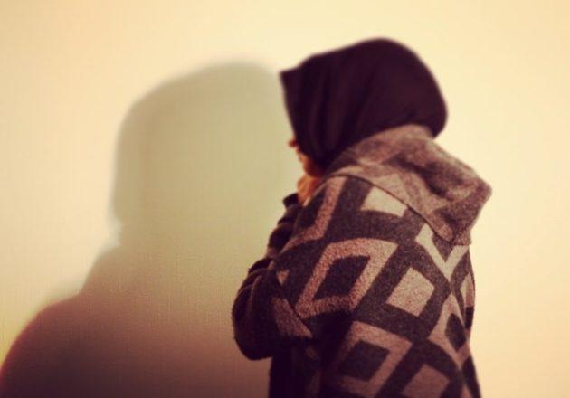 """Khedija : """"La femme est directement venue vers moi et a tiré mon voile vers l'avant"""". (Photo : OG  /Rue89 Strasbourg)"""