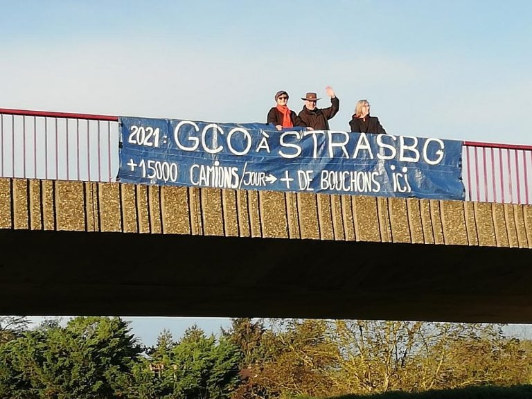 Relaxe des anti-GCO en procès après avoir affiché une banderole sur un pont