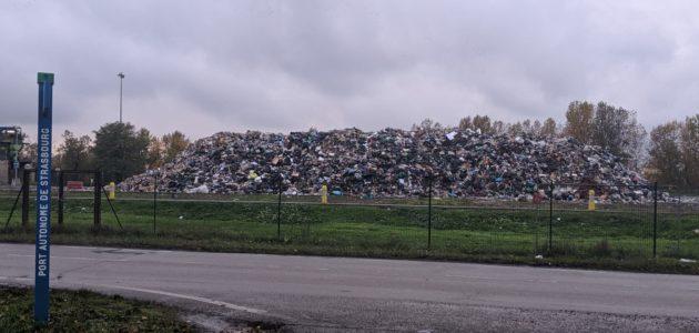 En difficulté, l'usine d'incinération entasse ses déchets dehors