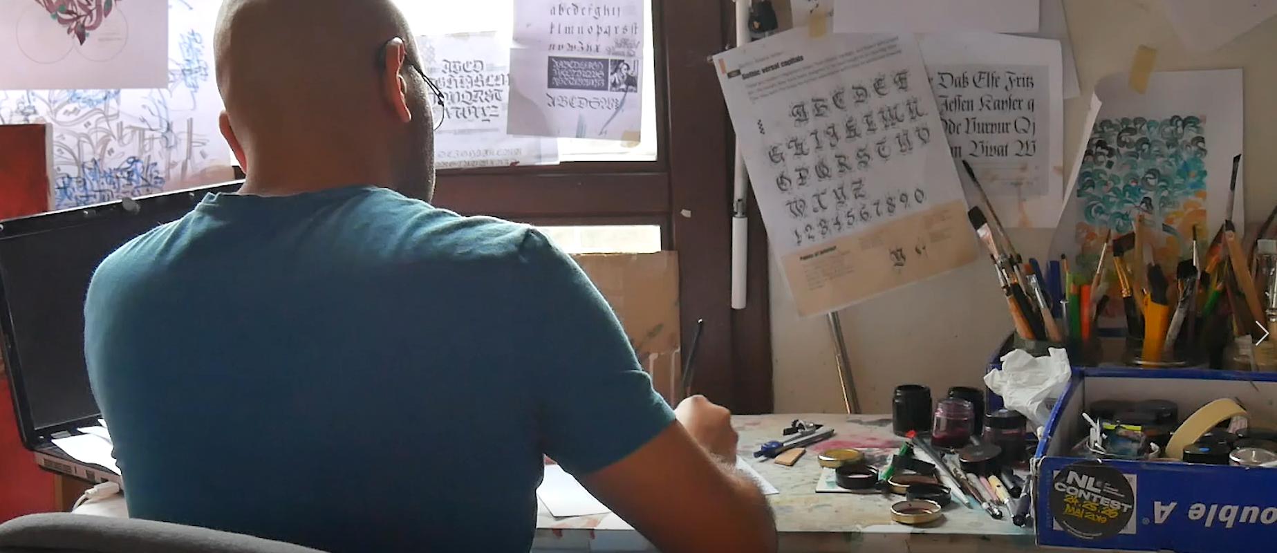 Stéréotypes, racisme, police… La dure vie d'Ayman, calligraphe syrien à Strasbourg