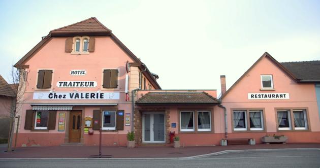 Chez Valérie, le bistrot du coin, où se discute pas mal l'activité de la centrale... (capture d'écran)