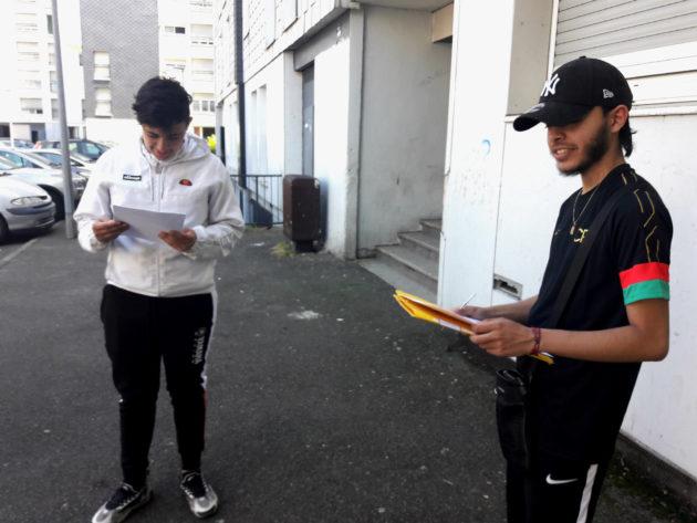 Âgés de 17 ans, Mikaïl Baba (à gauche), et Dylan Hunzinger, ont planché sur l'écriture du scénario et le langage audiovisuel. (Photo : doc.remis)