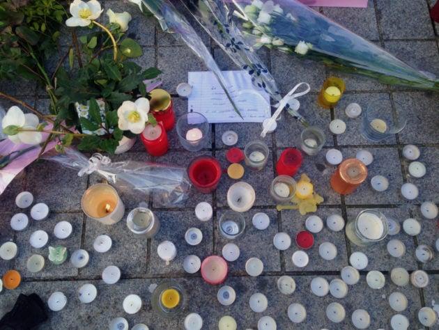 Bougies, fleurs, mots déposés Place Kléber, en décembre 2018. (Photo : OG / Rue89 Strasbourg)