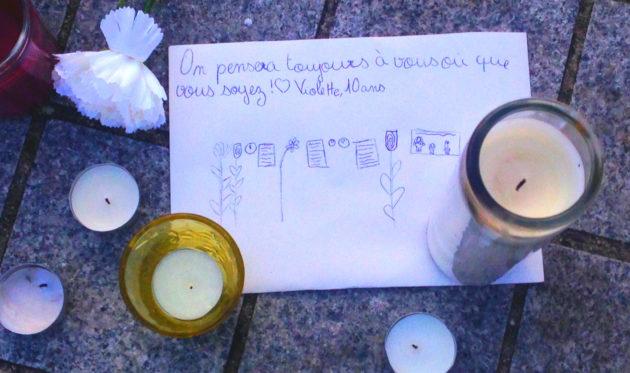 """""""On pensera toujours à vous, où que vous soyez"""". Les mots et les dessins de Violette, 10 ans, sur un mot déposé Place Kléber, en décembre 2018. (Photo : OG / Rue89 Strasbourg)"""