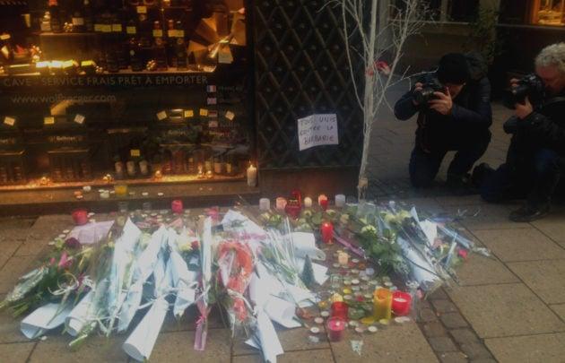 Un autel de rue érigé rue des Orfèvres, pris en photo par deux photoreporters, en décembre 2018. (Photo : OG / Rue89 Strasbourg)