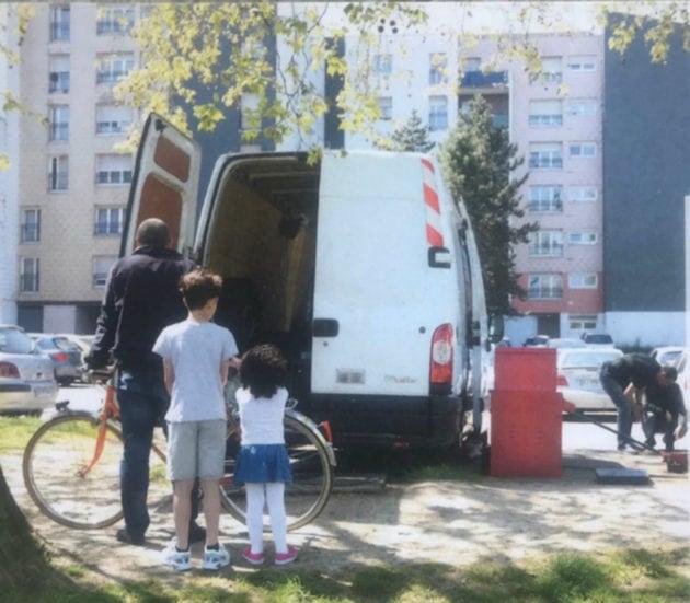 La petite entreprise informelle et itinérante de réparateur de pneus n'a pas duré longtemps et a été délogée par la police. (Photo : Horizome)