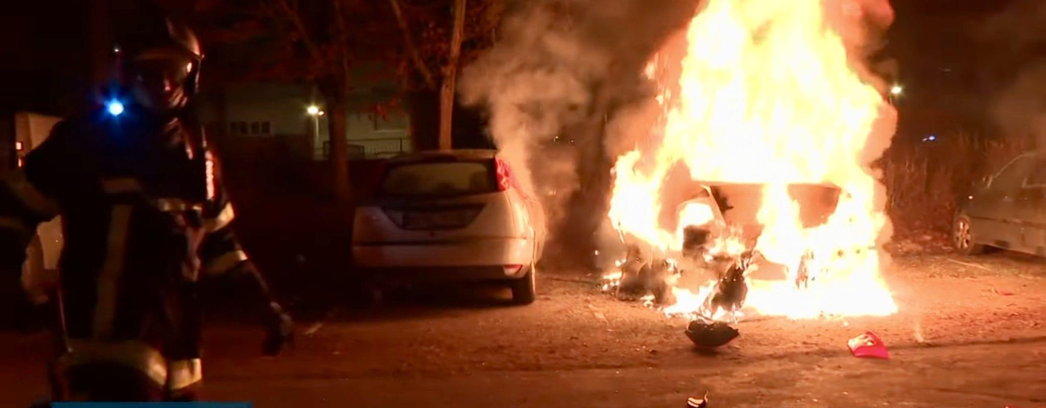 Du buzz à la prudence, la télé face aux voitures brûlées du Nouvel an