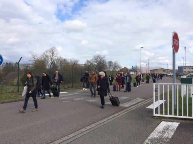 Passagers évacuent en direction du parking