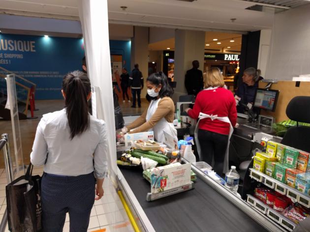 Au Simply Market des Halles, des voiles de plastique ont été placés entre les caissières et les clients (Photo PF / Rue89 Strasbourg / cc)