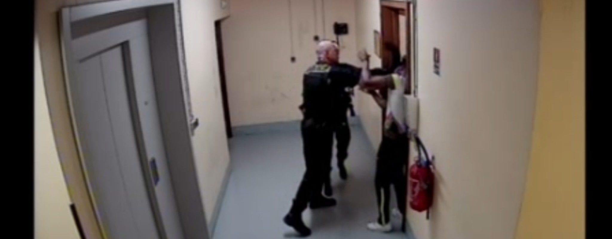 «Une patate dans la tempe»: autopsie d'une violence policière couverte par des collègues