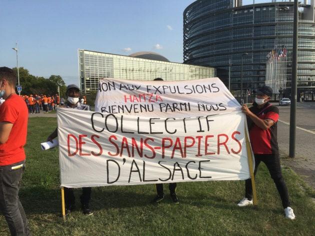 Les membres du collectif des Sans-papiers d'Alsace devant le parlement européen