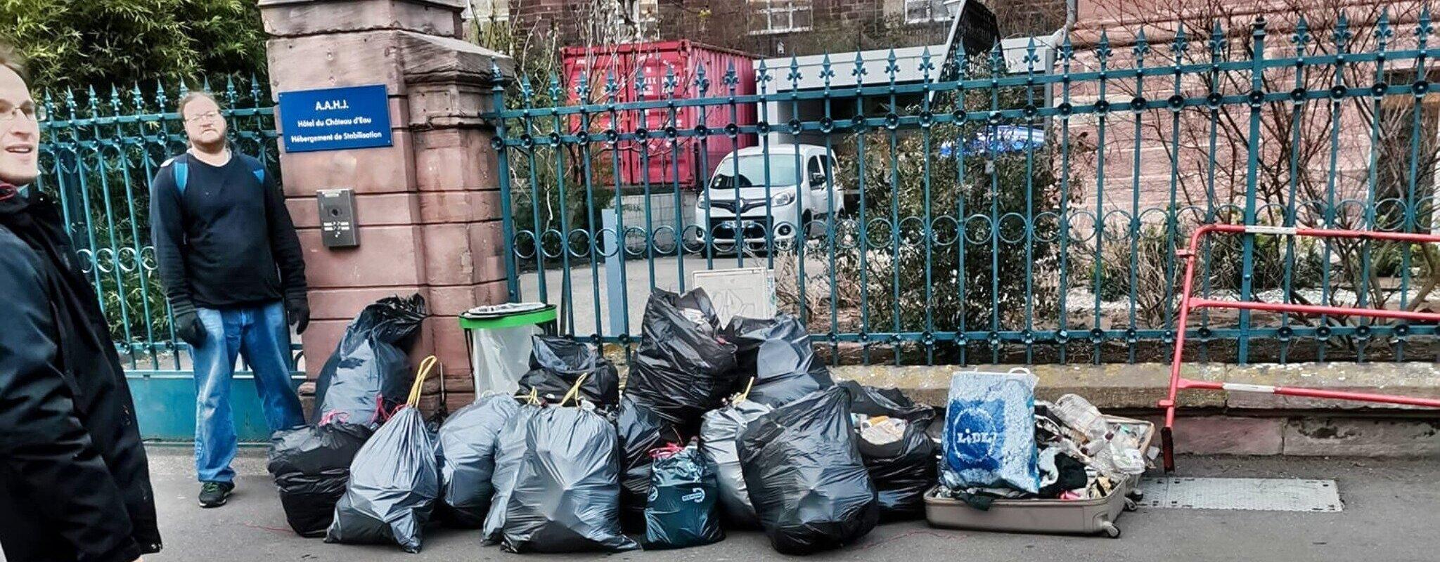 Il ramasse des déchets dans la rue, la police le verbalise