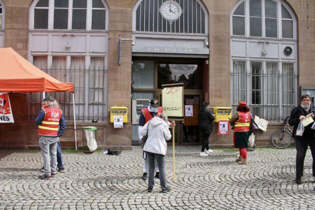 rassemblement devant la poste