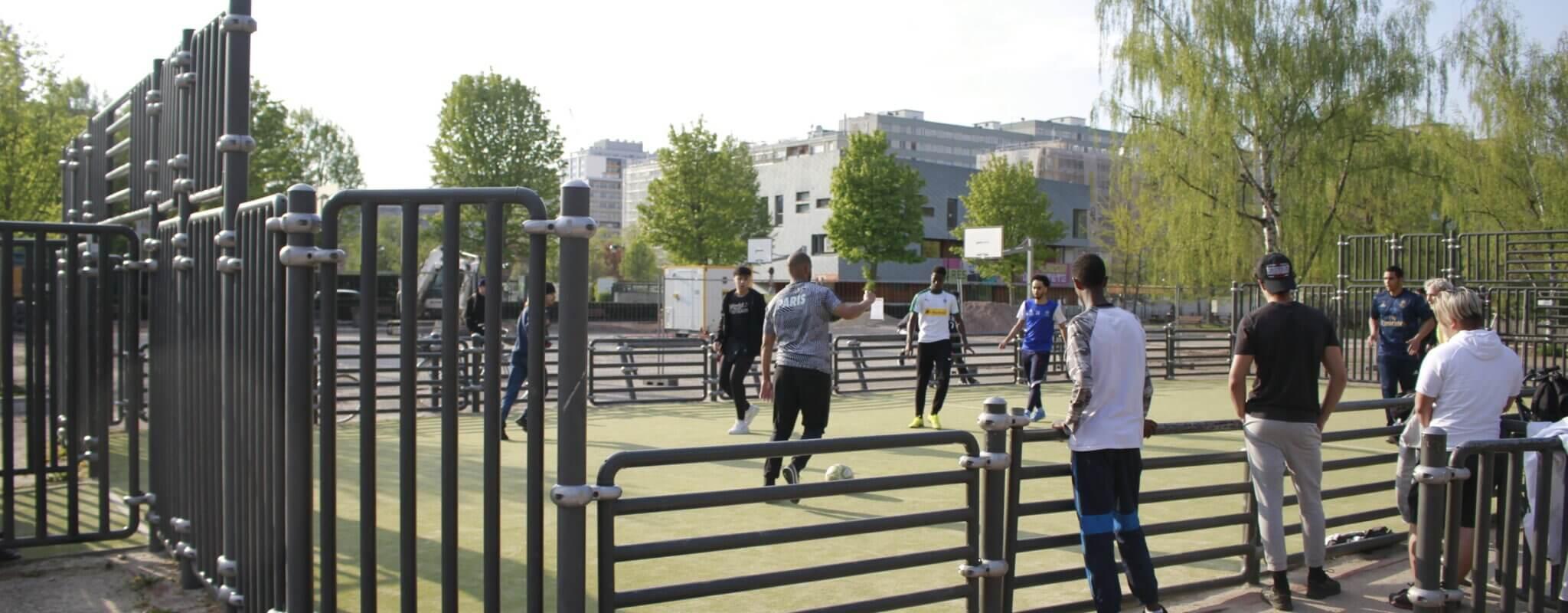 Dans l'utilisation des rares terrains de sports collectifs, les filles cèdent la place aux garçons