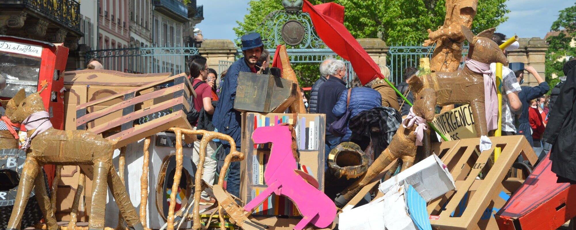 Dimanche, des artistes ont célébré la résistance éternelle en érigeant des barricades