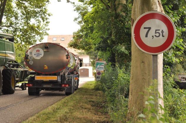La RD421, à Mommenheim, panneau d'entrée de village et interdiction aux PL de plus de 7,5 tonnes